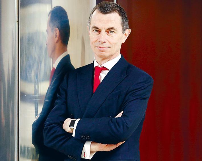 最新傳出意大利裕信銀行(UniCredit)行政總裁米斯捷(Jean-Pierre Mustier)為外聘大熱人選之一。