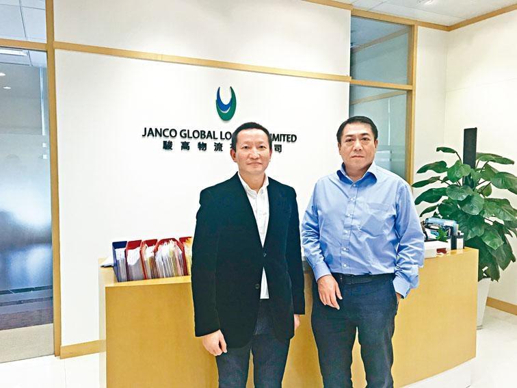 圖為駿高控股執行董事陳國威(左)及董事會主席兼執行董事兼行政總裁吳展鴻(右)。