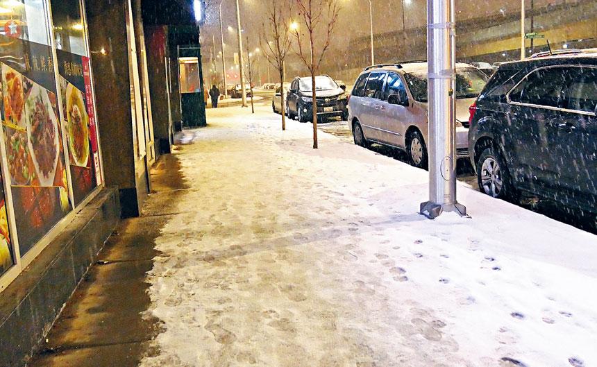 「各家自掃門前雪」要在芝加哥各社區實踐。如果業主、住戶與商戶不掃除門前人行道的積雪,按芝加哥市的法規,將會收到罰單500元。