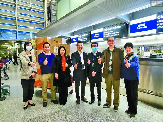 華商總會會長張福明伉儷(右一、二)、副會長林志強(左二)、會員梁泳紅(左三),與舊金山南方航空公司負