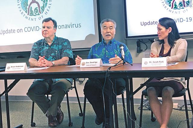 日本遊客從夏威夷回到日本後確診感染新冠病毒。州長位下豐記者會上講述有關詳情。美聯社