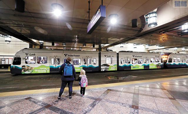 圖為乘客在等候海灣捷運局的輕鐵。美聯社資料圖片