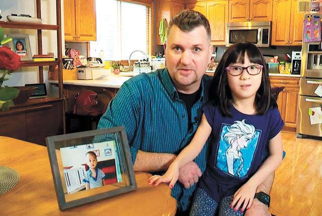 克尼茨和其中國養女傑德接受訪問。 電視截圖