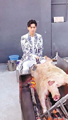 李易峰手藝嫻熟烤製全羊。 網上圖片