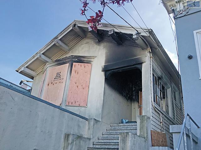 失火住宅二樓走廊頂部嚴重熏黑,部分玻璃被燒毀。記者劉玉姝攝