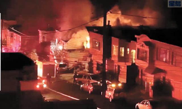 失火住宅二樓窗戶滾出濃濃煙霧及火苗。NBC灣區電視截圖