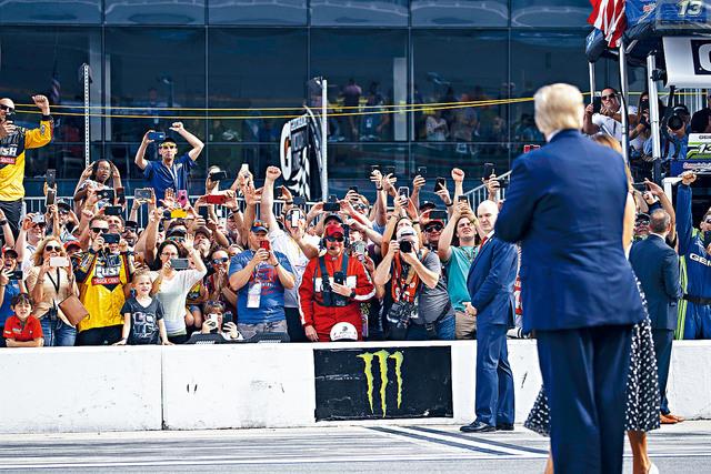 ■總統特朗普和第一夫人梅蘭尼婭,16日到佛州戴通納500賽車現場,受到支持者歡呼迎接。    美聯社