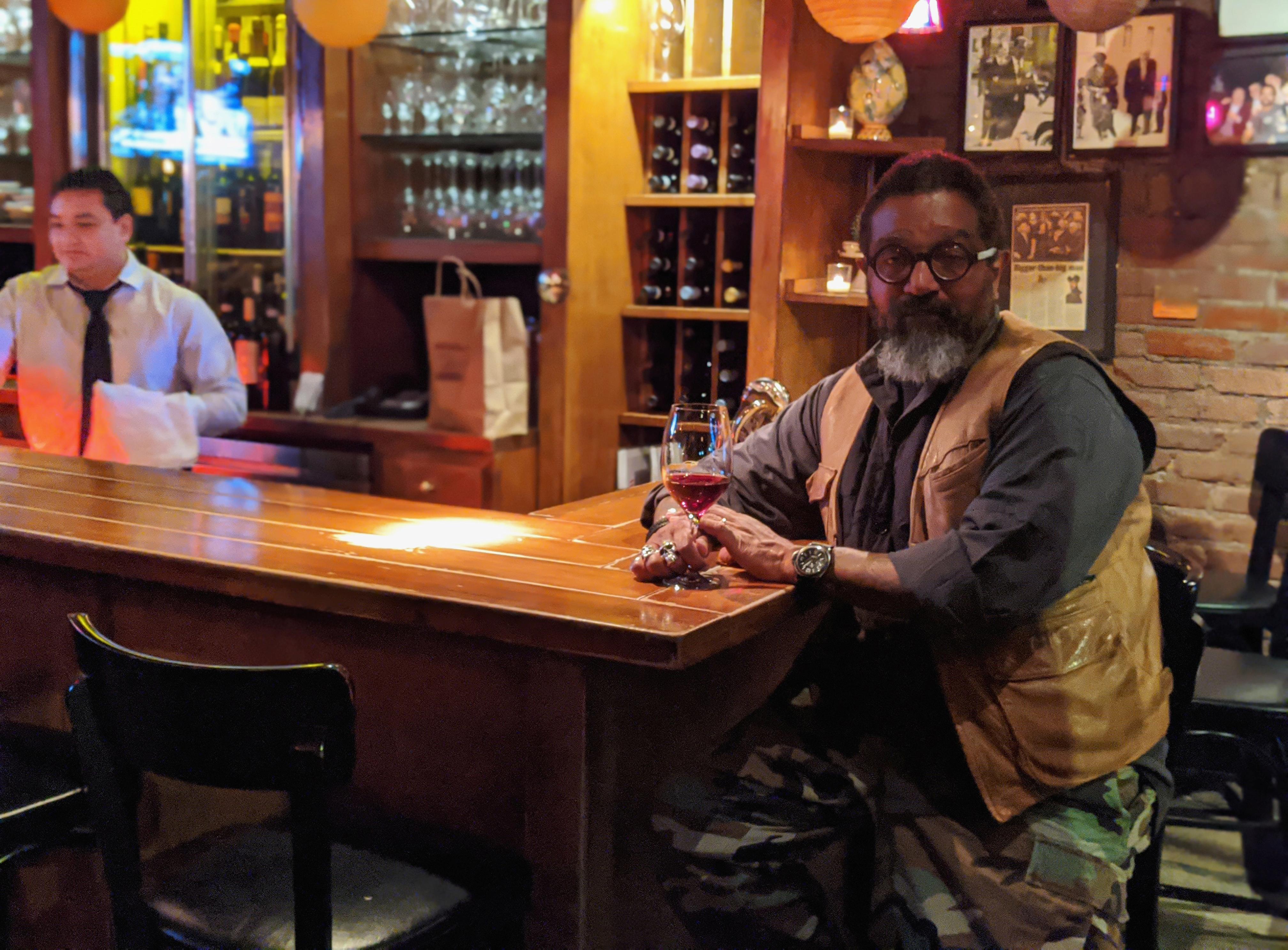 紐約一家餐館的老闆(右)表示,他考慮改變經營方式或將餐館轉型,為疫後新常態作準備。    路透社