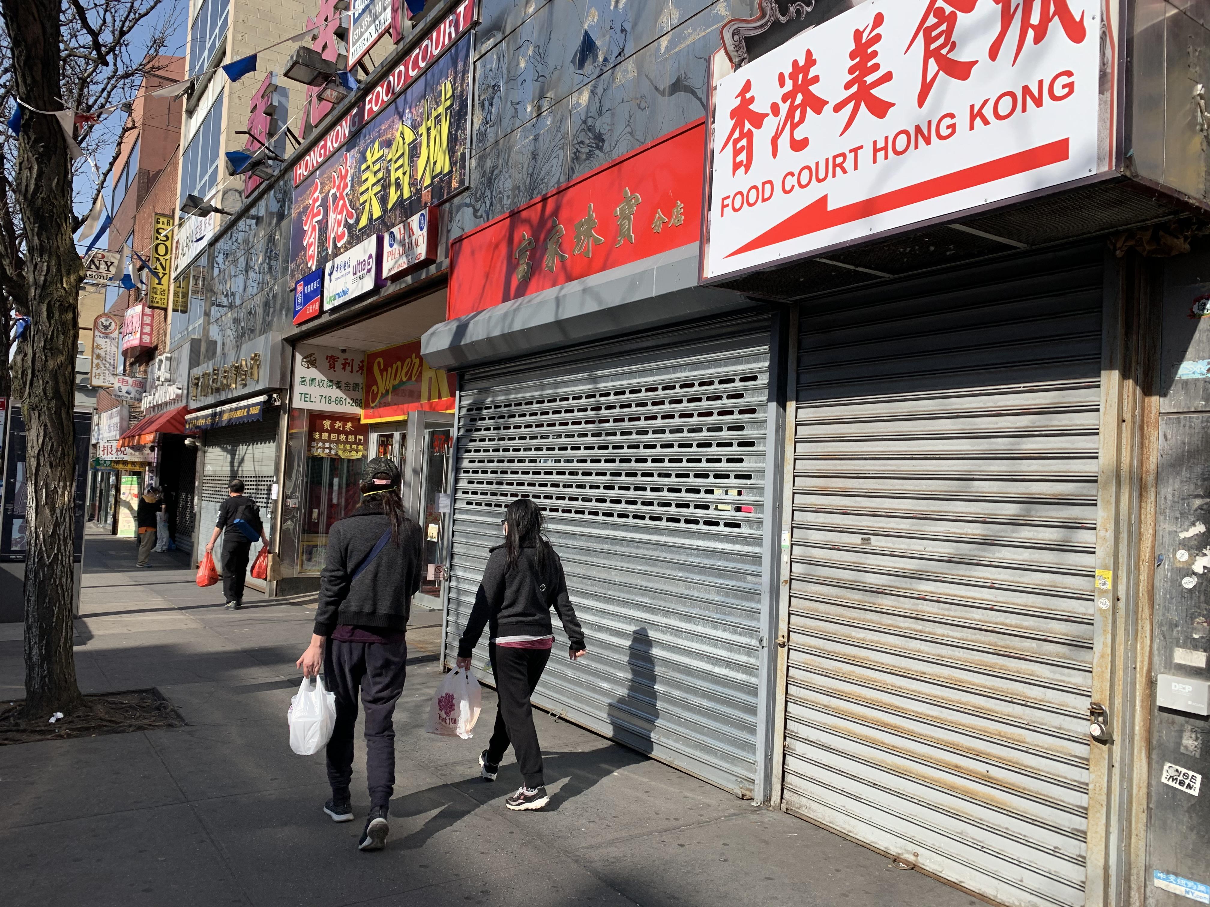 新冢肺炎疫情嚴峻,紐約市實施「居家避疫」的城令,全市大小商業受影響,法拉盛的華人商業絕大部分都關門暫停營業,商業區一片冷清。