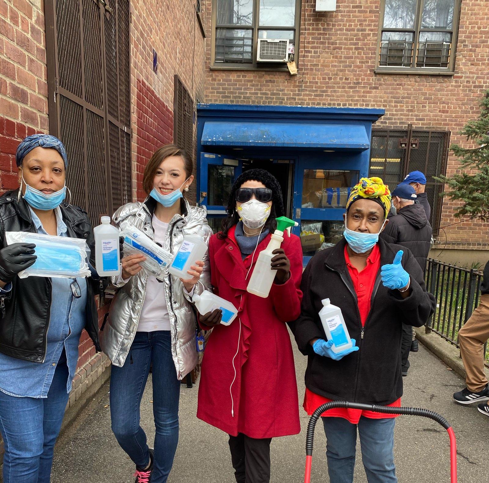 楊愛倫(右二)及馮子馨(左二)捐助毒酒精液及口罩手套等防護物資給法拉盛政府樓布蘭德屋社區中心。