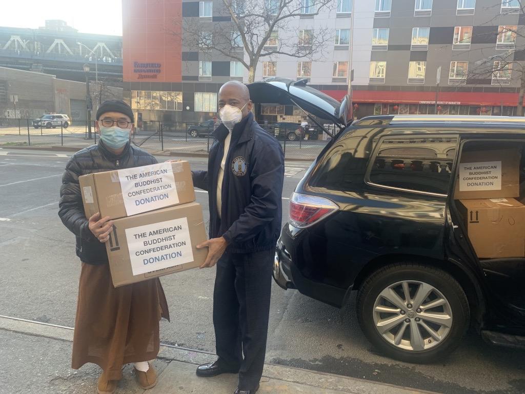 布碌崙區長亞當斯收集華裔民眾捐贈口罩。 主辦方提供