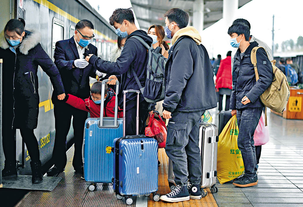 離開湖北省的旅客登上火車 前都要驗查體溫。 法新社