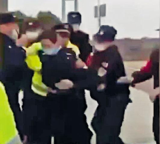 湖北和江西的警察發生肢體衝突。