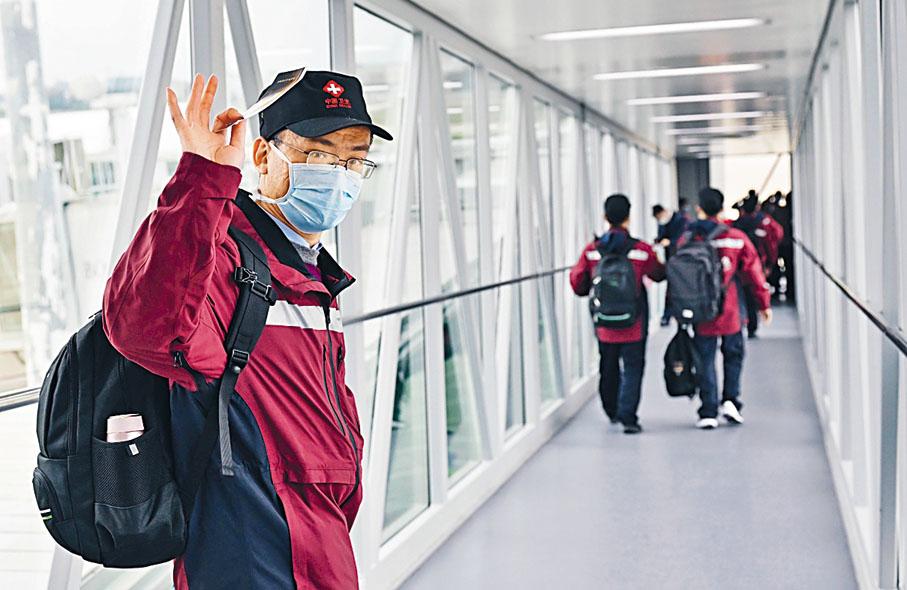 中國向意大利派出的第三批抗疫醫療專家小組,昨日從福州出發。