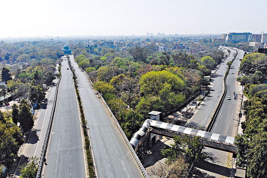 封城令下新德里主要幹道清空。