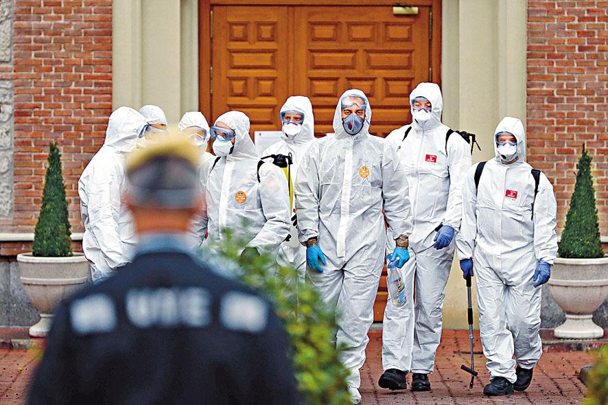 軍人周一在馬德里協助老人院消毒後離開。