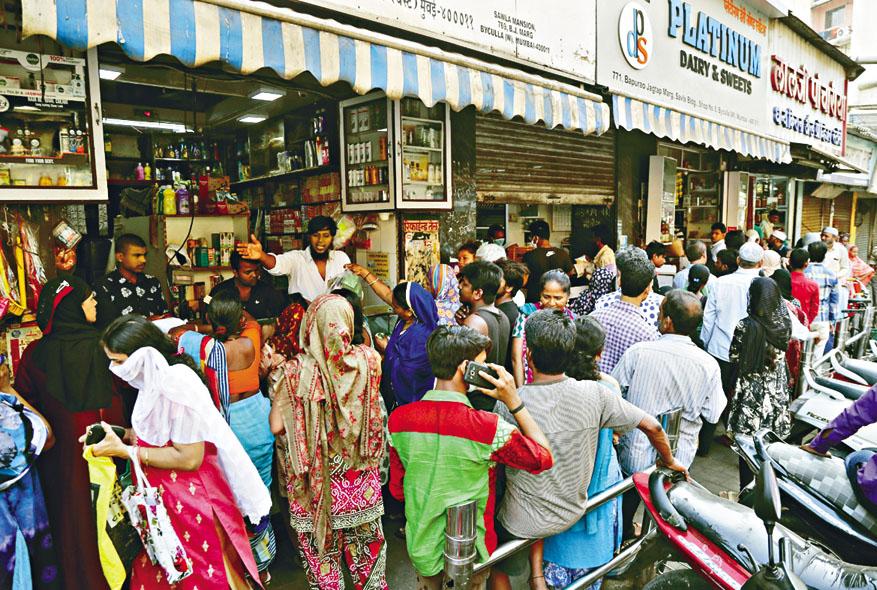 孟買一家雜貨店昨日有大批民眾排隊等購物。