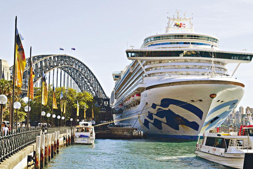 「紅寶石公主號」十九日停泊雪梨港,讓乘客落船。