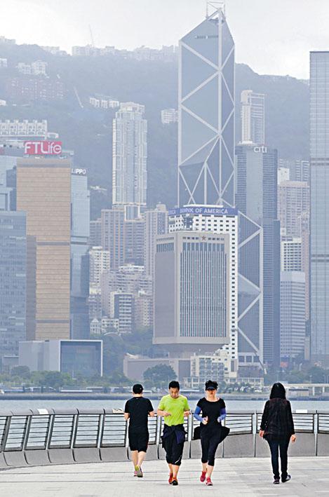 在肺炎疫情影響下,市民在尖沙嘴海濱緩跑。