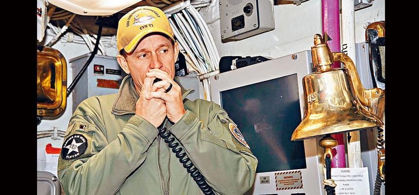 部署在西太平洋的海軍羅斯福號航空母艦艦長克羅澤,促請海軍高層迅速採取行動,阻止新型冠狀病毒的擴散,避免艦上軍人因患病而死亡。    美國海軍圖片
