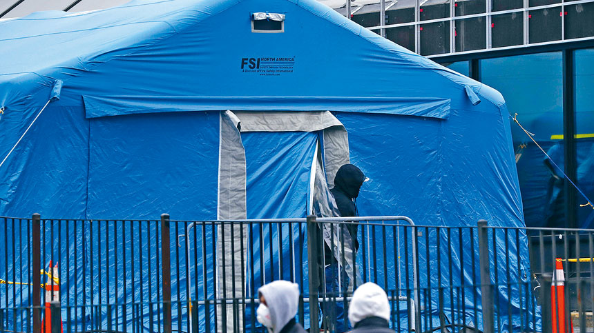 圖為紐約皇后區一醫院中心緊急入口搭建的醫療帳篷。美聯社