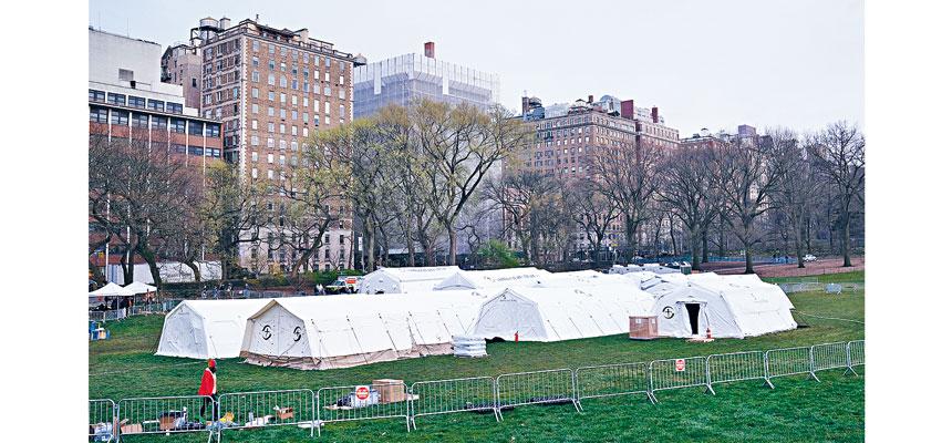 圖為國際人道主義組織的成員在紐約市中央公園建立的一家臨時帳篷醫院。   法新社