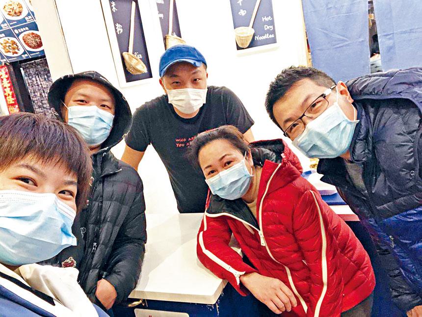 一位顧客在「火上面」歇業前為陳隆和他的團隊拍攝的照片。來自「火上面」微信群