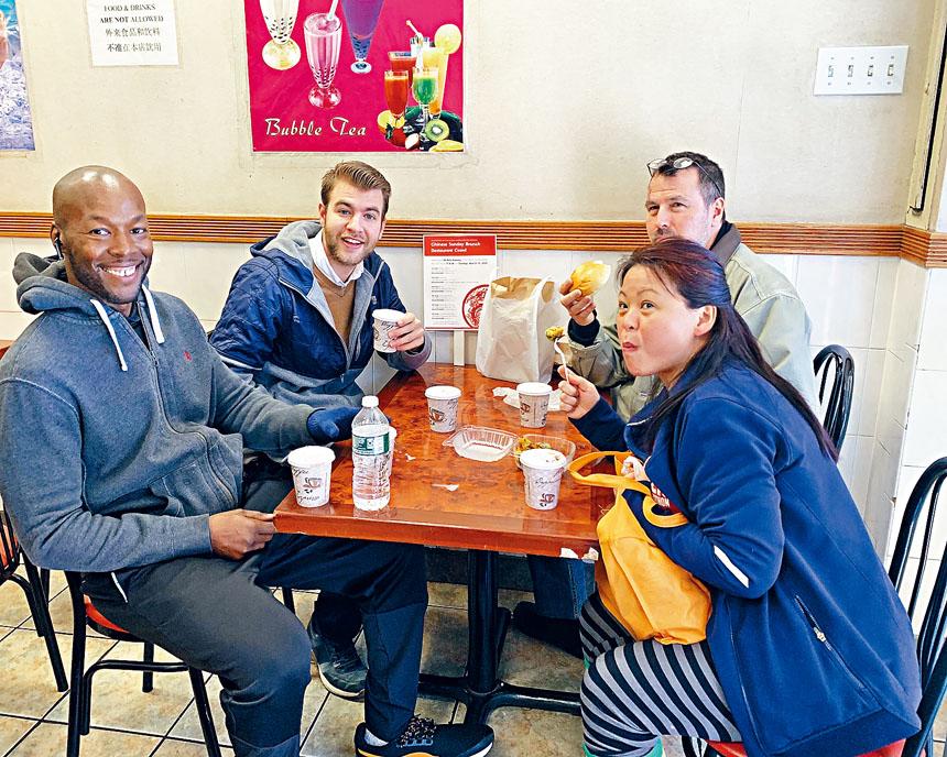 帕茲納(左二)拜訪布碌崙86街六家華裔商家。 張之銘攝