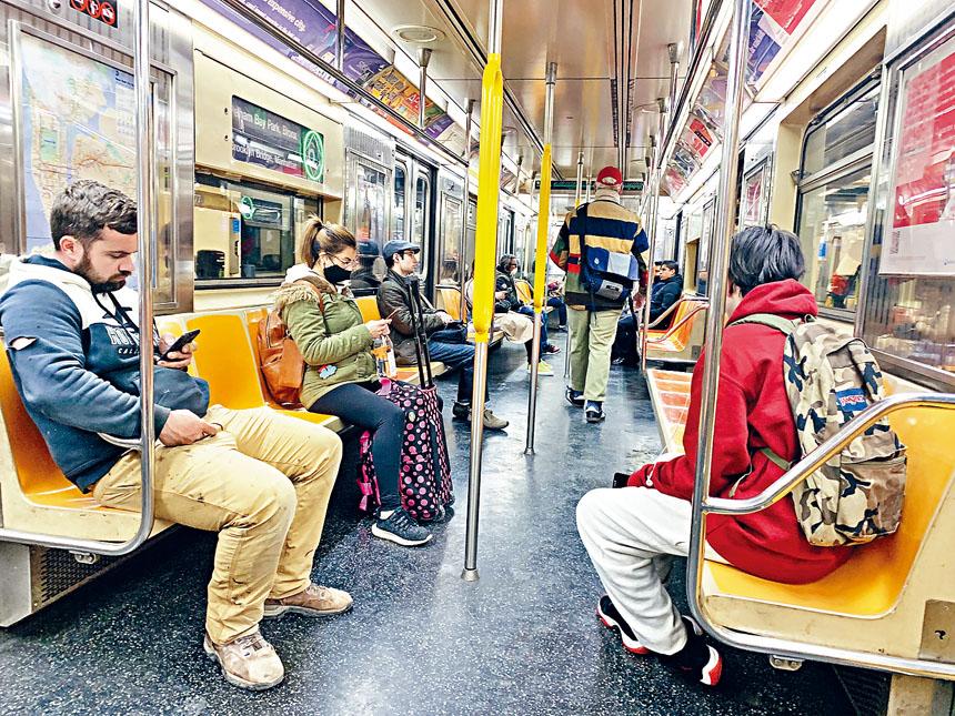 紐約搭乘地鐵的人群中仍有不少人沒戴口罩,但彼此均保持了較遠的距離。