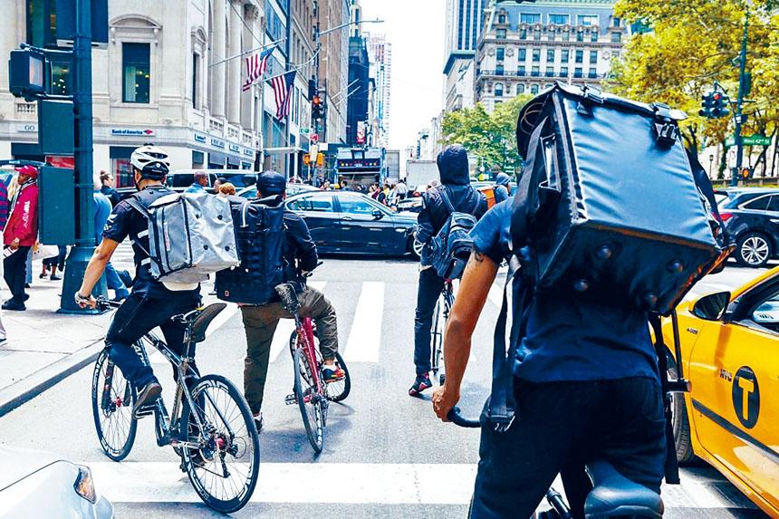 紐約爆發疫情後,傳統型外賣和新型網絡送餐有著截然不同的境遇。資料圖片