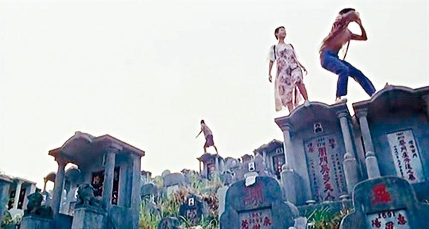 三位對前景困惑的年青人,在墳場玩樂最能反映他們想改變環境的無力感。