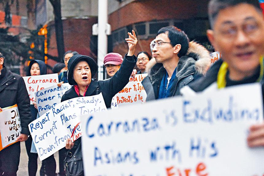 亞裔家長近月頻頻舉行集會,對卡蘭薩表達不滿。Stephanie Keith/紐約時報