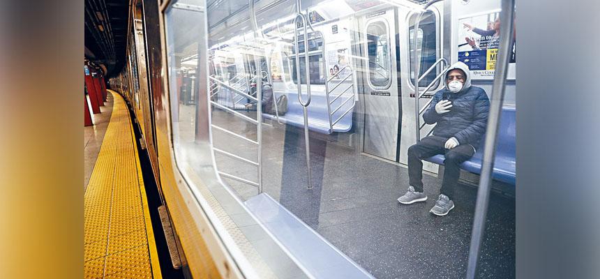 在新冠病毒大流行之下,紐約市地鐵客量急跌九成。美聯社