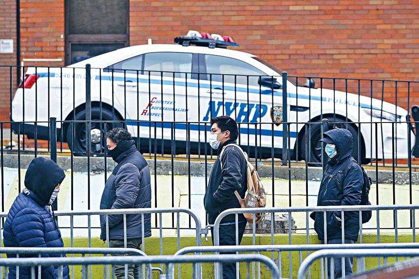 警方已在商店、公園及其他場所進行超過6.6萬次檢查。美聯社