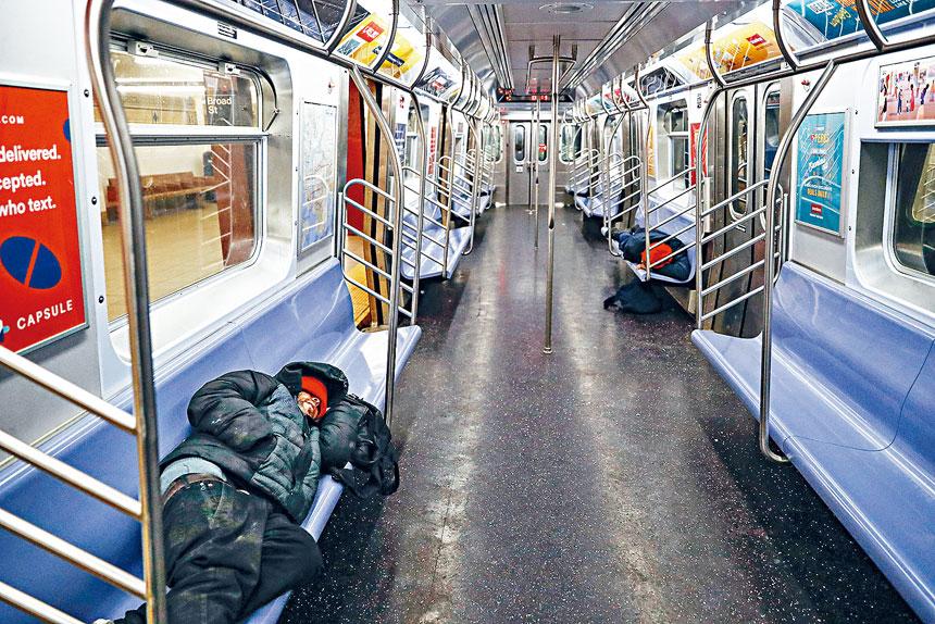 有列車司機透露,每班列車會見到6、7名遊民在躺臥。美聯社