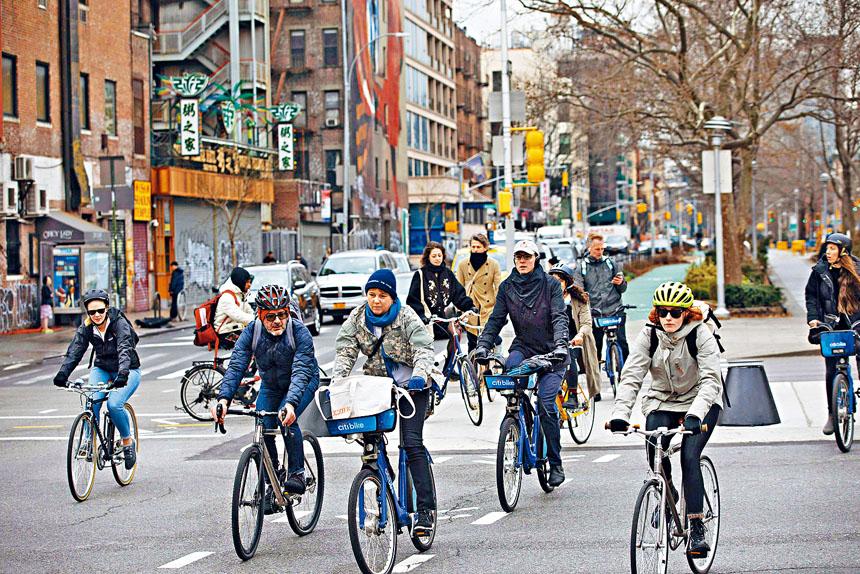 在避免使用公共交通的情況下,不少紐約人都用單車代步。Kevin Hagen/紐約時報