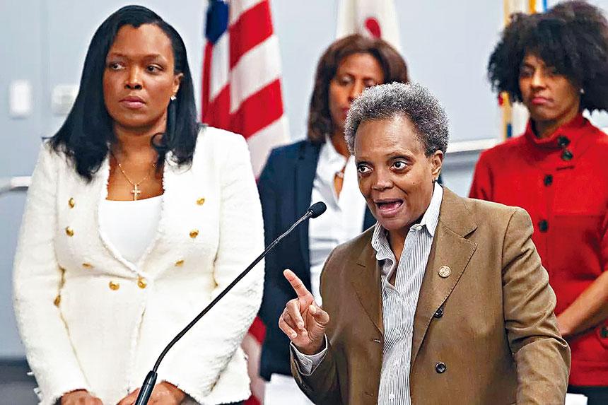 芝加哥市長羅麗萊德福特(前右)、芝市公立學校體系首席總監杰克遜博士(前左)表示目前新冠狀病毒蔓延迅速,全市公立學校停課將有可能延至4月份。芝加哥市府官網