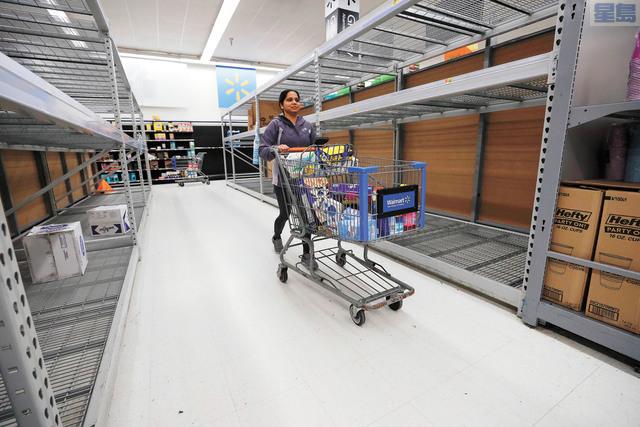 民眾對糧食與家庭日用品的需求暴增,使得大型零售商急於招募人手。資料圖片