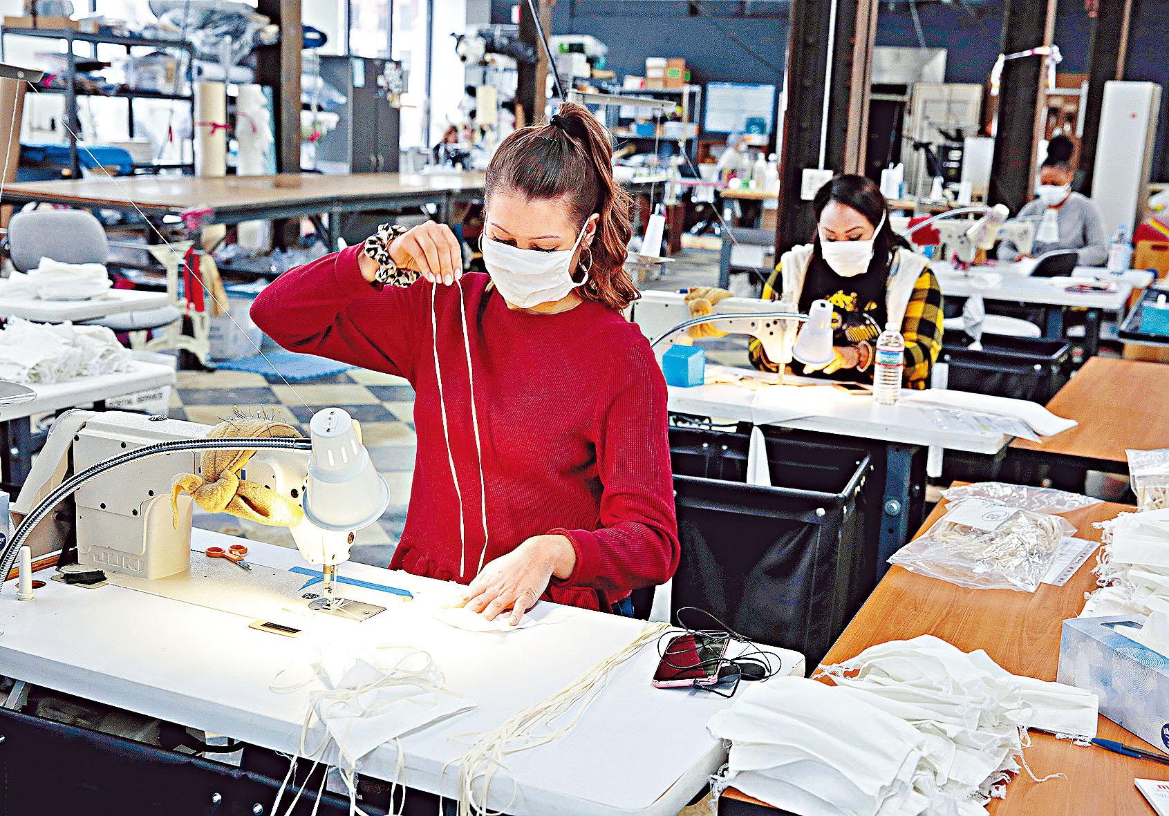 美國密歇根州一家工廠正生產供醫療人員使用的防疫口罩。路透社