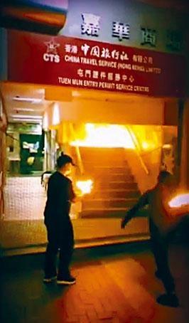 兩名黑衣人向通往中旅社的樓梯,投擲四個汽油彈後逃走,現場火光熊熊。