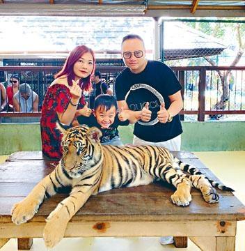 蔣嘉瑩與老公帶囝囝睇老虎,年僅5歲的他不畏虎更大膽跟牠合照。
