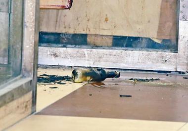 現場遺下爆裂玻璃樽等證物。