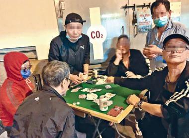 懷疑在柴灣興民邨聚賭的六名男子被攝入鏡頭 。