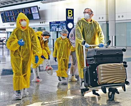 趕在昨天入境的旅客,都以全身雨衣眼罩裝備防疫。