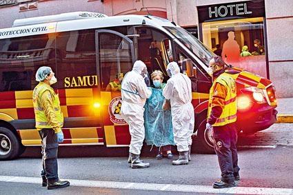 西班牙馬德里一名病人,被送往改裝成醫院的酒店。