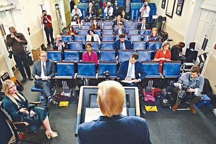 特朗普周一在白宮主持新冠肺炎應對簡報會。