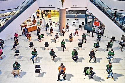 曼谷送遞員在百貨公司大堂隔開坐下,等候客人領取外賣。