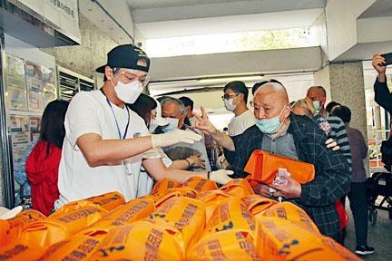 東東親手將物資送到每位長者手中。