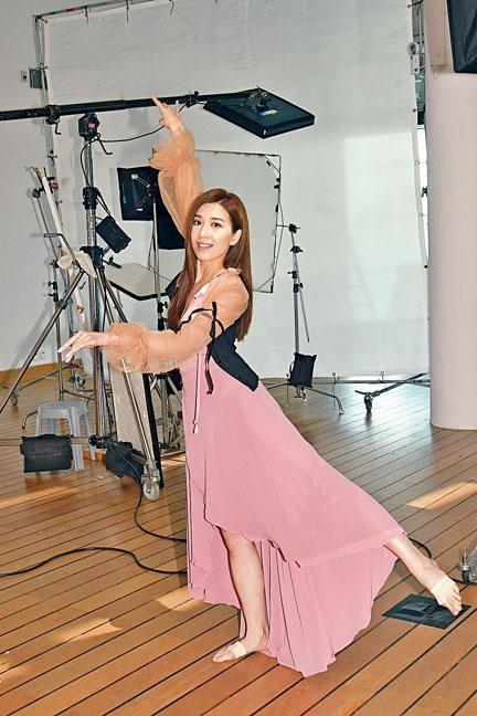 黃智雯為維特健靈拍廣告,並在廣告中大展舞技。