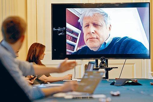 現正居家隔離的首相約翰遜,上周六透過視像主持疫情會議。